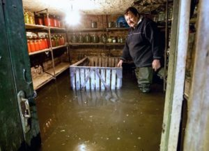 вода в подвале:что делает УК